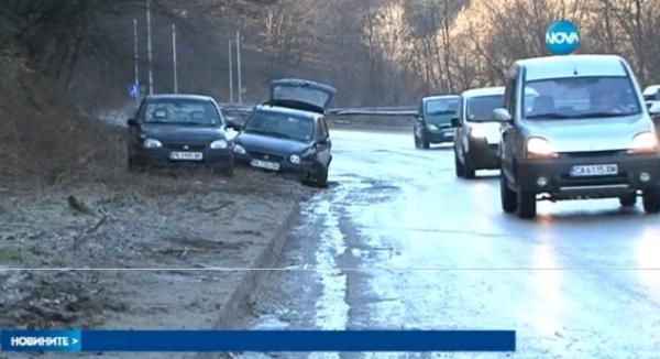 Часове след верижното сблъскване са останали само най-тежко пострадалите автомобили