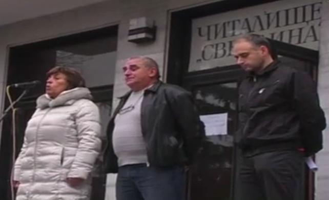 Кметът на Владая заедно с други активисти на трибуната на събранието.